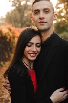 Счастливая молодая пара на открытом воздухе в парке