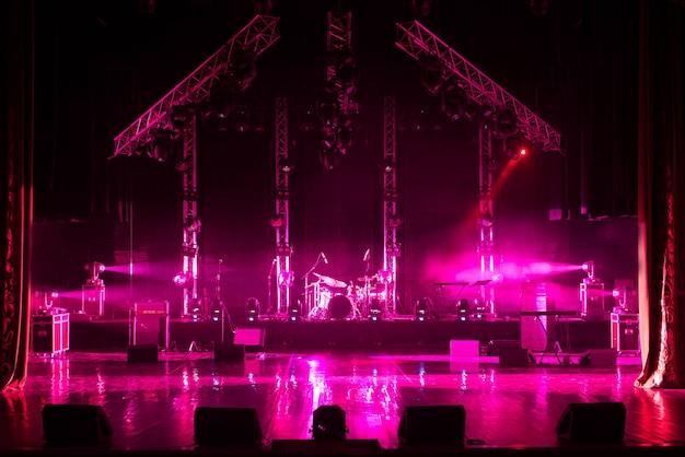 ライト、照明装置を備えた無料のステージ。