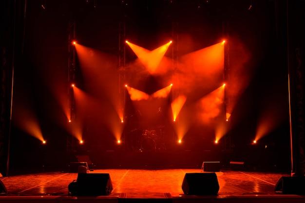 Концерт световое шоу, разноцветные огни на концертной площадке