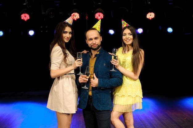 陽気な若い会社は、ナイトクラブで誕生日を祝います。
