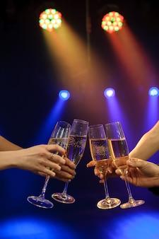 バーやカジノでシャンパンを楽しんでいる人。