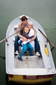 ボートに乗って素敵な家族の肖像画