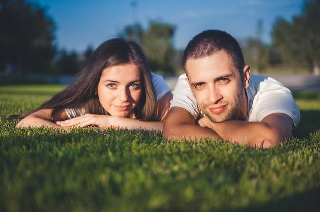 夏の公園で恋に若いカップル