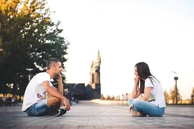 Молодая влюбленная пара в летнем парке