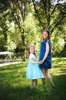 幸せな母と娘一緒に屋外公園で