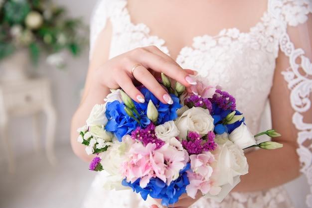 ウェディングブーケ、結婚式の日に美しい花のブーケ