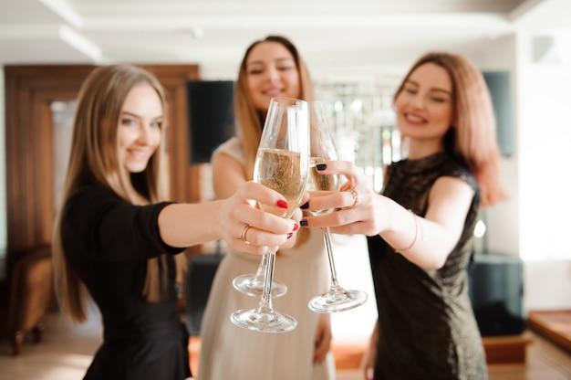 シャンパングラスを保持している友達に笑顔の肖像画