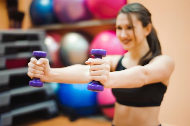 Довольно сексуальная прямая фитнес женщина с мускулистым телом