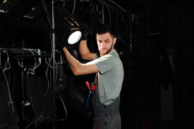 舞台労働者が照明を設置します