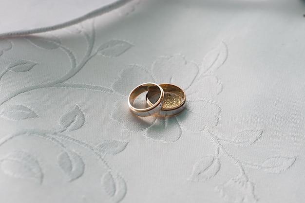 白いテーブルのシンボルとしてリング結婚式