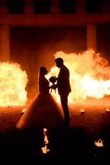 吸血鬼スタイルメイクと中世の衣装での結婚式のカップル