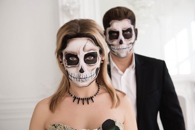 吸血鬼と中世の衣装で美しいカップルの肖像画