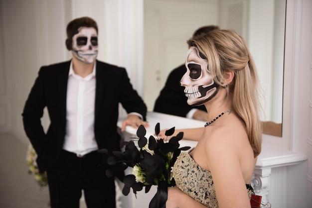 ハロウィーンゾンビパーティーと恐怖。化粧とハロウィーンのカップル