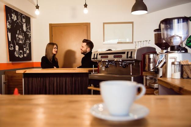 コーヒーショップバーカウンターカフェレストランリラクゼーションコンセプト。