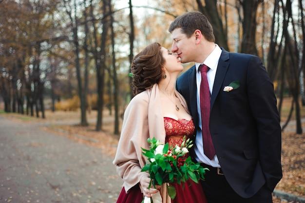 Счастливая невеста и жених, прогулки в осеннем лесу.