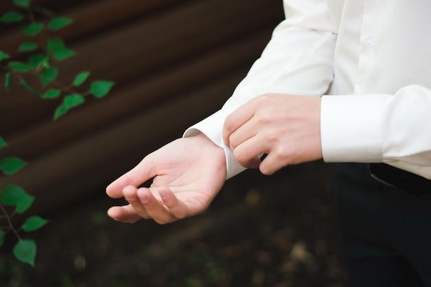 結婚式の詳細-エレガントな新郎は結婚式のタキシード衣装を着て