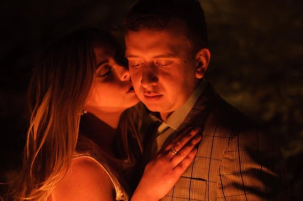 Романтический ужин молодой пары при свечах в горах