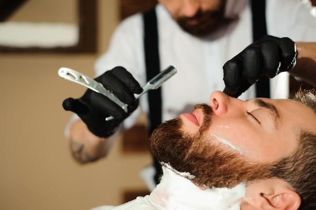 マスターは理髪店で男性の髪とひげをカットします