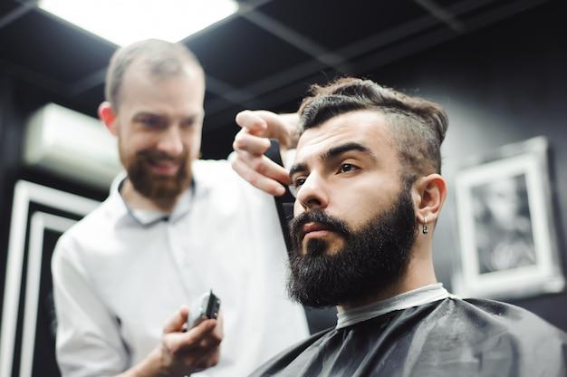 マスターは理髪店、美容院で男性の髪とひげをカットします