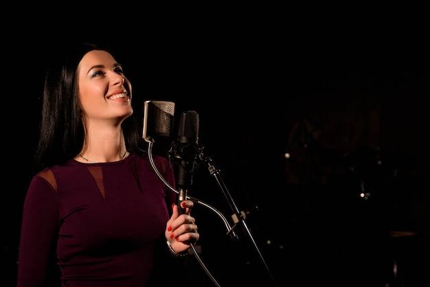 歌手は音楽スタジオで曲を録音します。