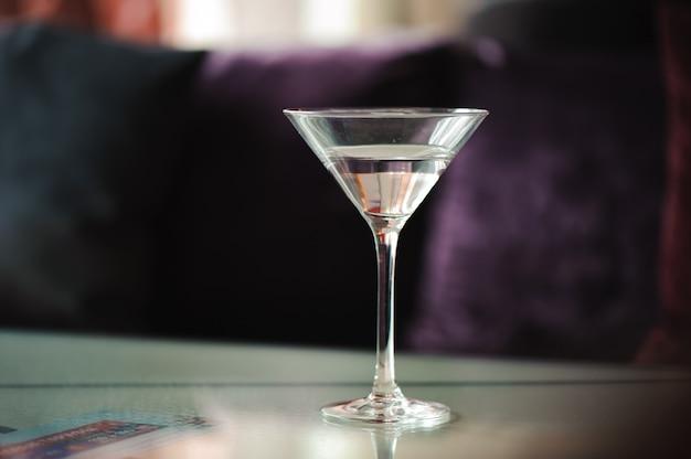 マティーニのグラス。テーブルの上のベルモットカクテル