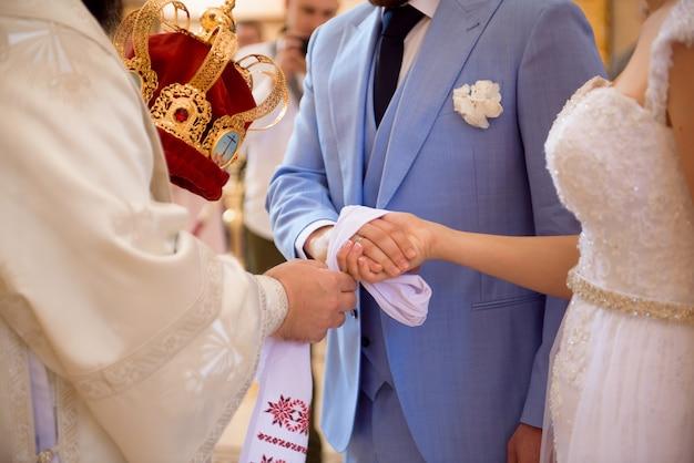 Русская церковь жених и невеста в церкви во время христианской свадебной церемонии.