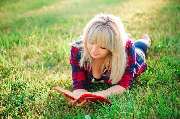 屋外の本を読んで美しい少女