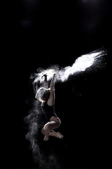 黒の小麦粉と踊っている女の子