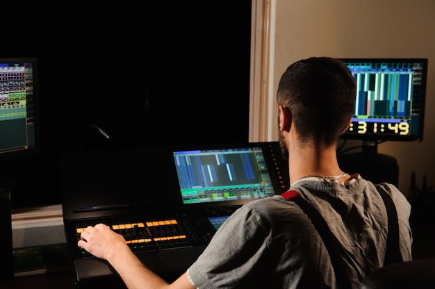 照明技術者が照明技術者の制御で作業する