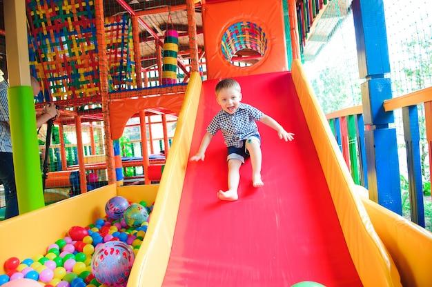 Закрытая игровая площадка с разноцветными пластиковыми шариками для детей.