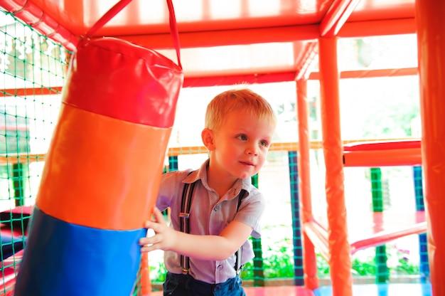 子供用のカラフルなプラスチックボールの屋内遊び場