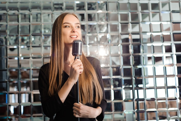 Караоке-вечеринка. красота девушки с микрофоном пели.