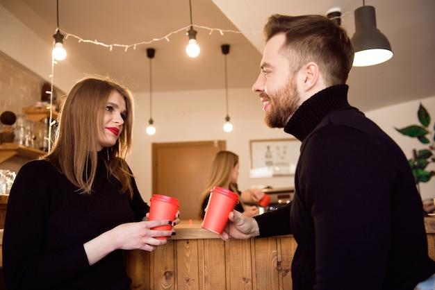 コーヒーショップでの日付に若い魅力的なカップル。