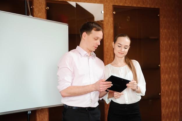 Бизнес-тренер проводит обучение персонала в офисе.