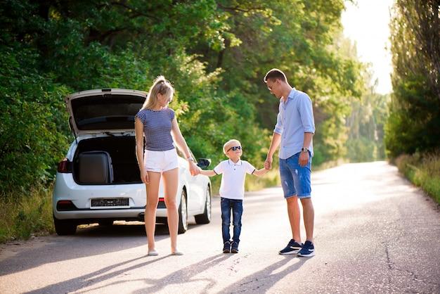 Молодая семья путешествует на машине