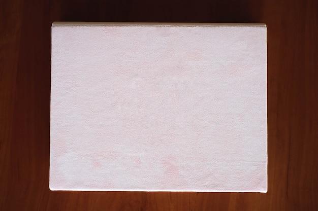 招待状、メモ帳、木製のテーブルの手作りノート。