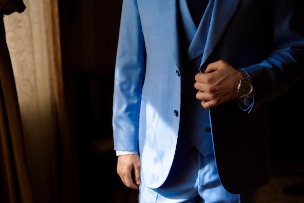 男のスタイル。ドレッシングスーツ、シャツ、袖口