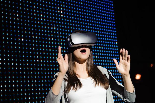 Молодая женщина носить виртуальную реальность цифровые очки.