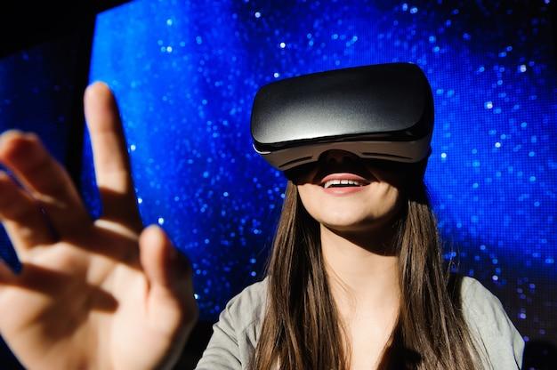 Красивая девушка в устройстве виртуальной реальности