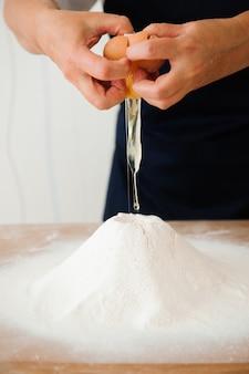 パン屋で女性の手で生地を作る