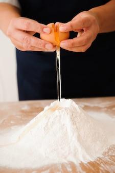 Шеф-повар готовит тесто - процесс приготовления теста на кухне