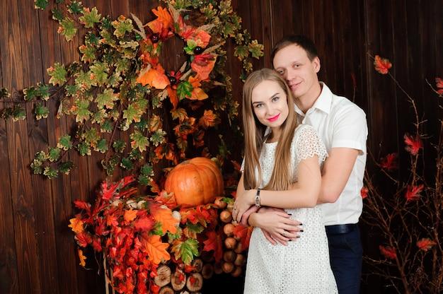 若い夫と妻はお互いを抱きしめます