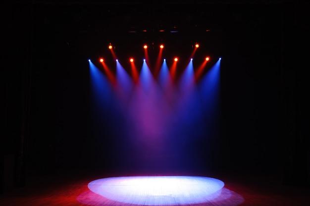 ライト、照明装置を備えた無料のステージ。ナイトショー。
