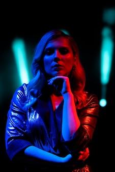 Певица стоит на сцене в ночном клубе.