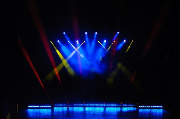 Свободная сцена с огнями, осветительными приборами. ночное шоу.