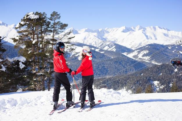冬、スキー-スキーリゾートで幸せな家族。