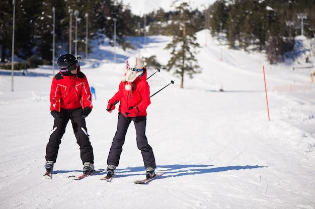 山スキーリゾート-自然とスポーツの写真で楽しんで幸せな友達。