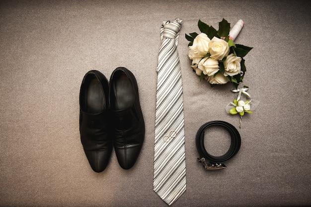 Привлекательный молодой элегантный жених одел свадебный костюм смокинга