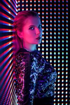 夜のクラブでネオンの光のディスコダンサー。