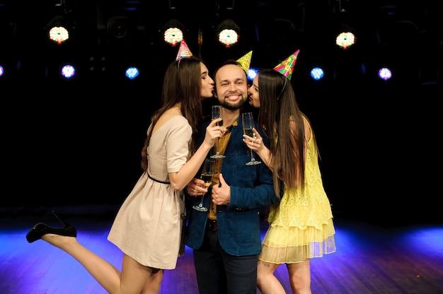 陽気な若い会社がナイトクラブで誕生日を祝う